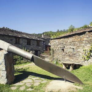 Navaja gigante y exterior del Museo de la Cuchillería de Taramundi